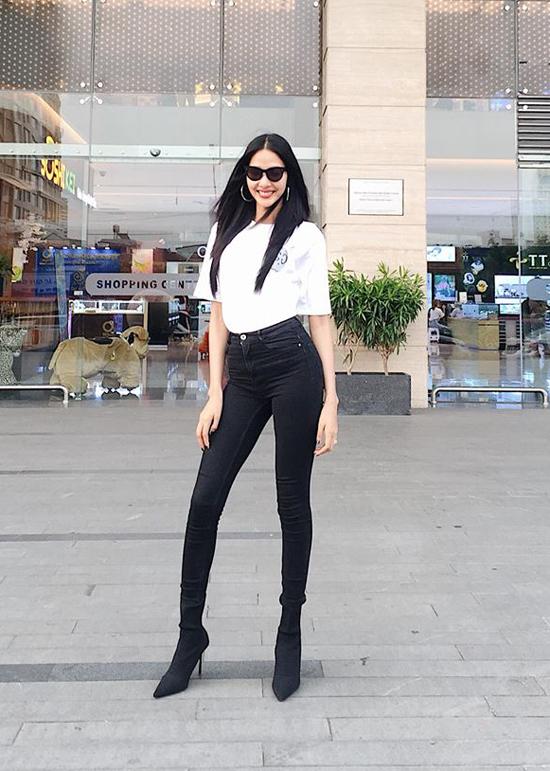 Cũng chọn cách phối đồ trắng đen cho phong cách dạo phố ngày hè, Hoàng Thùy diện áo thun kiểu dáng đơn giản đi cùng quần skinny jean và bốt cổ thấp.