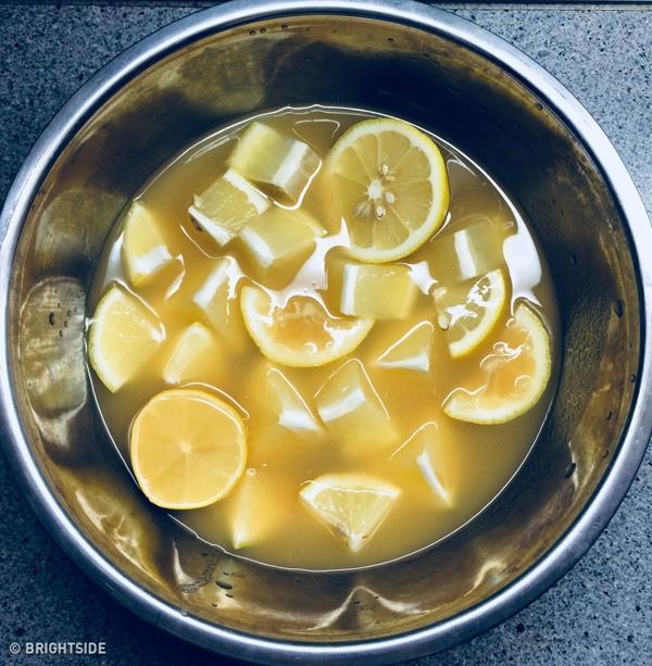 Thải độc cho gan Uống nước chanh là cách thức thải độc cho gan và cơ thể đơn giản mà hiệu quả. Pectin trong chanh giúp nhũ hóa dầu và loại bỏ chất thải ra khỏi ruột. Các choline trong lecithin và các loại dầu trong vỏ chanh giúp giải độc gan để làm việc hiệu quả hơn. Lecithin làm tăng sự phân tách, hấp thu và tiêu hóa chất béo. Công thức làm nước chanh thải độc gồm: 1 quả chanh, 1/2 cốc nước, 1 muỗng cà phê lecithin (hoặc trứng sống), 2-3 muỗng cà phê bơ dừa nguyên chất hoặc dầu ô liu nguyên chất, 1 viên vitamin E, 1 nhúm gừng tươi. Trộn tất cả các thành phần lại với nhau, để tủ lạnh qua đêm và dùng trước bữa sáng ngày hôm sau.