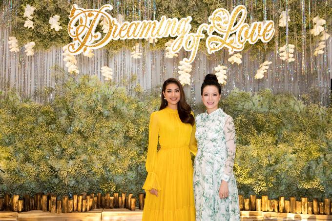 Sự kiện có sự góp mặt của Hoa hậu Phạm Hương (trái) vàbà Nguyễn Thị Trang Phương - trưởng phòng kinh doanh nhà hàng Pavillon.