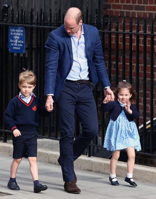 Hoàng tửWilliam đưa hai con đến thăm em trai mới sinh.