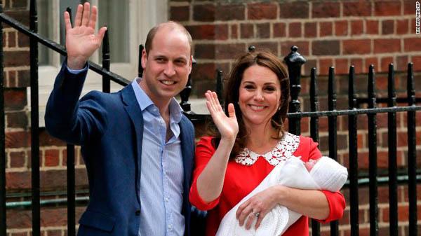 Vợ chồng Hoàng tử Anh và con trai mới sinh vẫy tay chào đám đông trước khi lên xe về Điện Kensington chiều 23/4. Ảnh: BBC