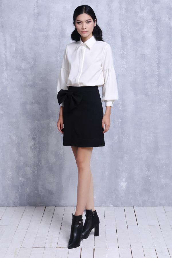 Kim Dung mặc đồ đơn sắc vẫn không đơn điệu nhờ... nhiều nơ