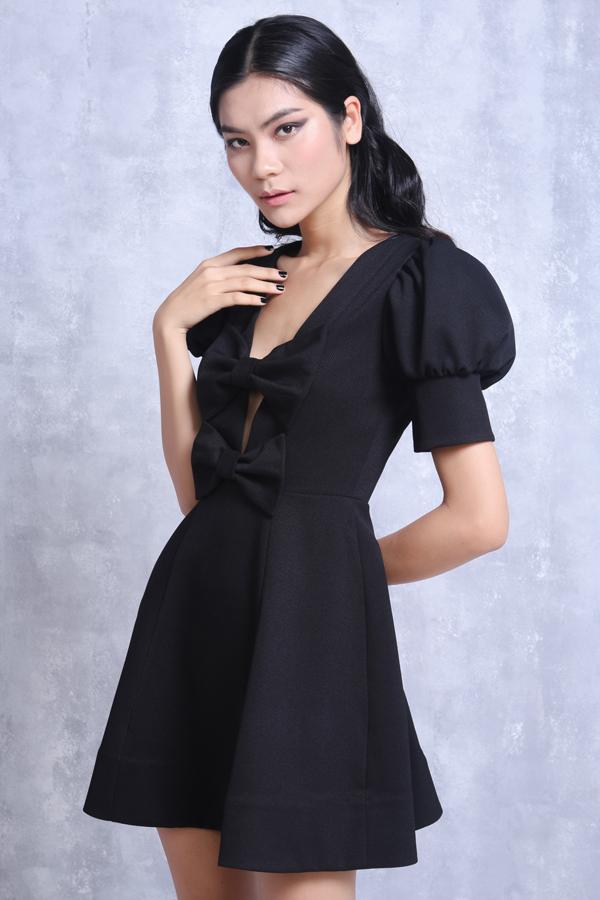 Quán quân Vietnams Next Top Model 2017 xuất hiện trong bộ ảnh thời trang nữ tính và thời thượng, gồm những mẫu thiết kế mới nhất của Nguyễn Minh Công.