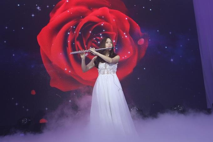 Nghệ sĩ thổi sáo trên nền phông hoa hồng lãng mạn.