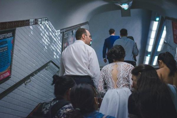 Khoác trên mình chiếc váy cưới chọn mua trong một nốt nhạc, Thanh nắm tay vị hôn phuJerome, 41 tuổi, hòa vào dòng người đổ về ga tàu điện ngầm. Cùng với cô dâu, chú rể là khoảng 18 vị khách mời. Họ hân hoan theo cặp tình nhân tới nhà thờ để chứng kiến giây phút chính thức trở thành vợ chồng.