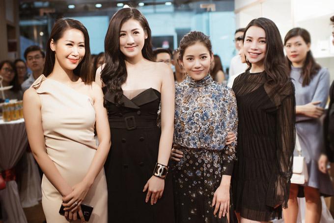 Các người đẹp vui vẻ khi hội ngộ tại sự kiện. Từ trái sang: Hoa hậu Dương Thùy Linh, Á hậu Tú Anh, Milan Phạm và Trà Ngọc Hằng.