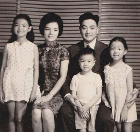 Ông Bình Hâm Đào cùng vợ và ba đứa con.