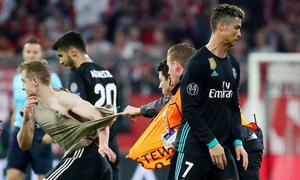 C. Ronaldo nhăn mặt khi CĐV bị kéo rách áo