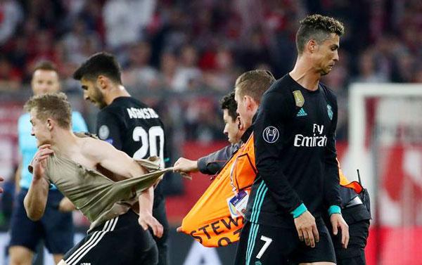 C. Ronaldo nhăn mặt khi CĐV vào sân đòi selfie - 1