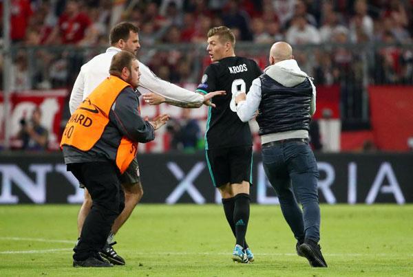 C. Ronaldo nhăn mặt khi CĐV vào sân đòi selfie - 4