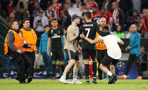 C. Ronaldo nhăn mặt khi CĐV vào sân đòi selfie