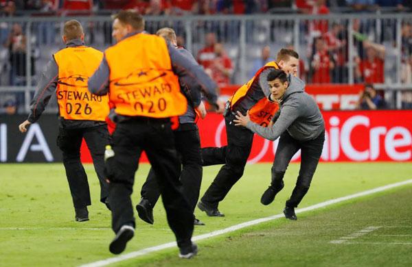 C. Ronaldo nhăn mặt khi CĐV vào sân đòi selfie - 9