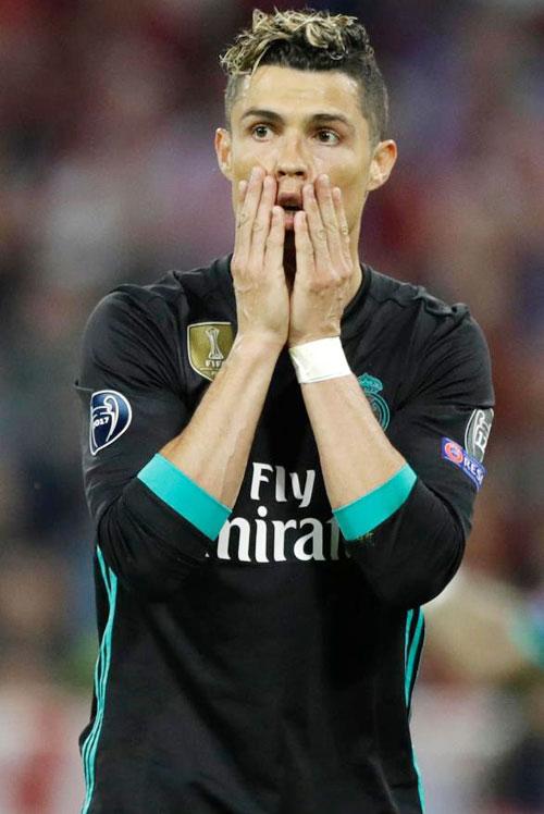 C. Ronaldo nhăn mặt khi CĐV vào sân đòi selfie - 2
