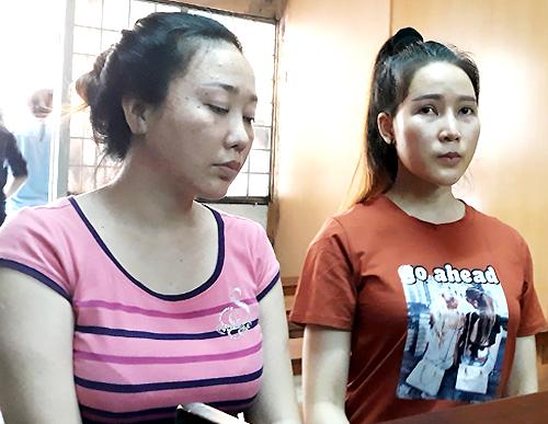 Hoa khôi thời trang 2017 Phạm Thị Thanh Hiền (bên phải) tại tòa hôm nay. Ảnh: Bình Nguyên.