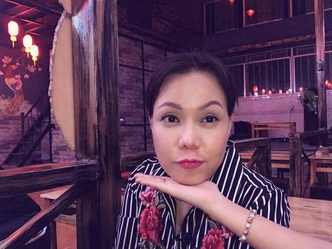 Việt Hương cập nhật ngay xu hướng chụp ảnh đặt cằm lên bàn tay Halu Halu đang gây sốt.