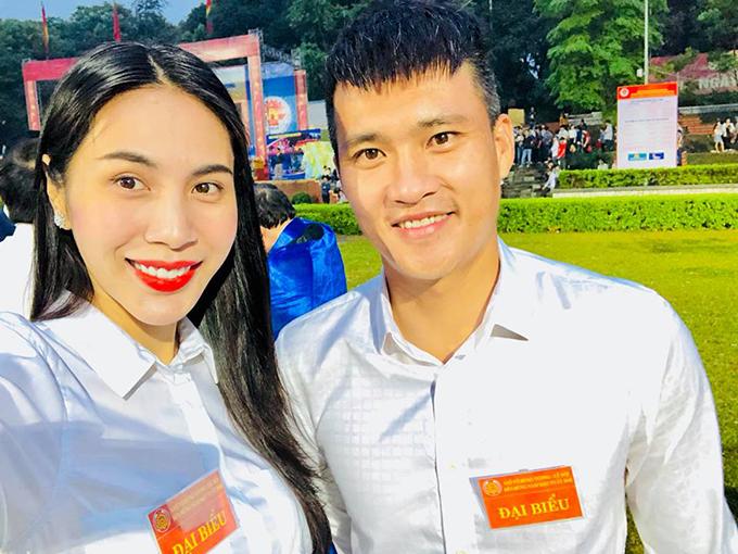 Vợ chồng Công Vinh - Thuỷ Tiên với tư cách đại biểu tới dự lễ hội đền Hùng (Phú Thọ).