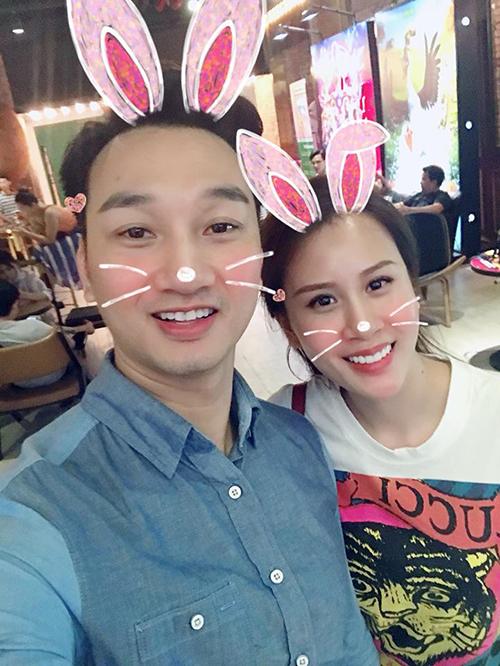 Vợ chồng MC Thành Trung hâm nóng tình yêu bằng cách rủ nhau đi xem phim trong ngày nghỉ lễ.