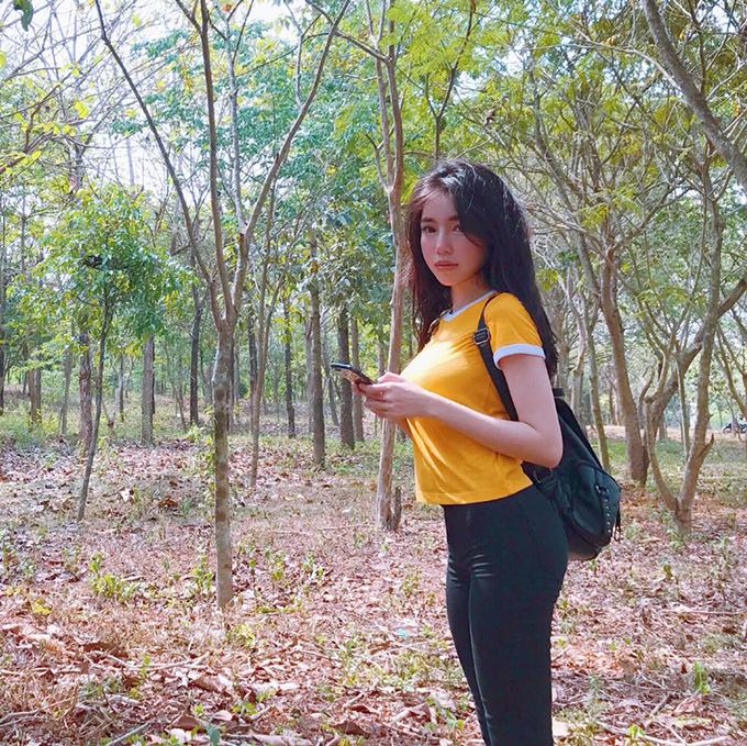 Elly Trần khoe dáng ngực tấn công, mông phòng thủ ngay cả khi diện đồ kín mít.