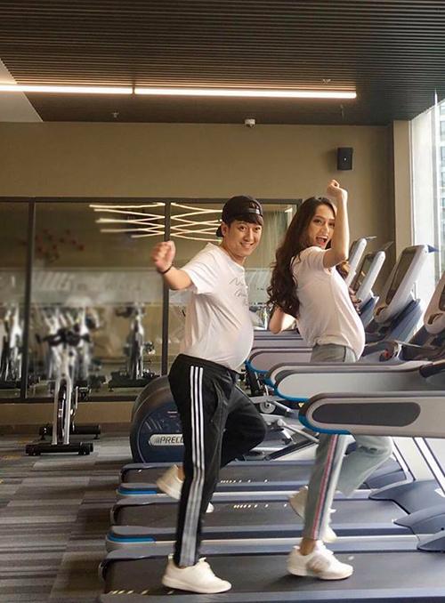 Trường Giang và Hương Giang Idol hăng say luyện tập trong một quảng cáo phòng tập gym.