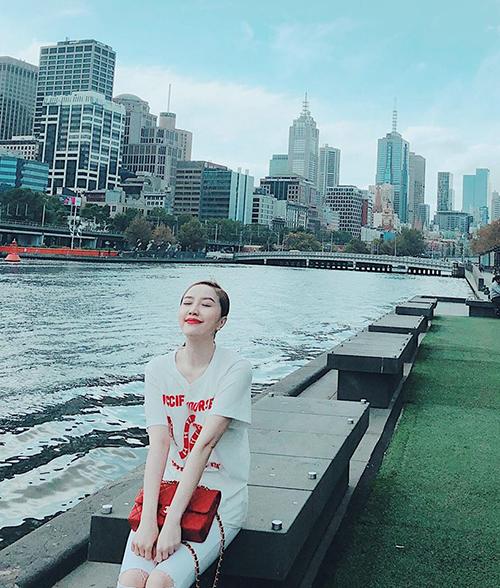 Bảo Thy ngồi bên sông, tận hưởng không khí trong lành. Cô bình luận: Ngày thứ 3 ở Melbourne mới bắt đầu cảm nhận và thấy thích vẻ đẹp cũng như cuộc sống bình yên ở đây. Niềm vui đôi khi đến từ những điều giản dị nhất.