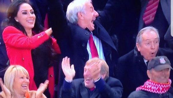 Người đẹp áo đỏ đi cùng cựu danh thủ 56 tuổi mới là người thu hút ống kính.