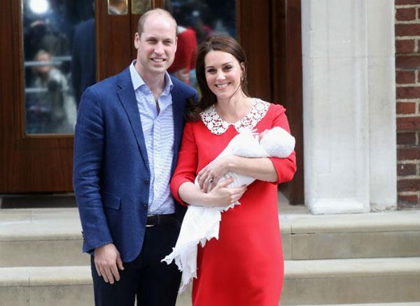 Vợ chồng Hoàng tử William giới thiệu con trai nhỏ với công chúng chỉ 7 tiếng sau sinh vào chiều 23/4. Ảnh: Hello.