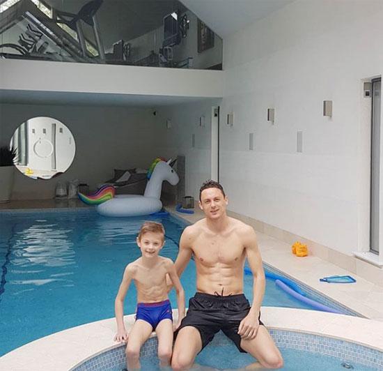 Matic tận dụng thời gian nghỉ ngơi để vui vẻ cùng cậu con trai 7 tuổi.