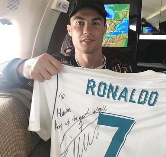 Marcus Rashford gây chú ý khi chia sẻ ảnh C. Ronaldo tặng áo đi kèm chữ ký cùng lời động viên tiền đạo trẻ tiếp tục phong độ ấn tượng. Tuần trước, ngôi sao người Anh nhận được đôi giày thể thao do thần tượng CR7 gửi tặng.