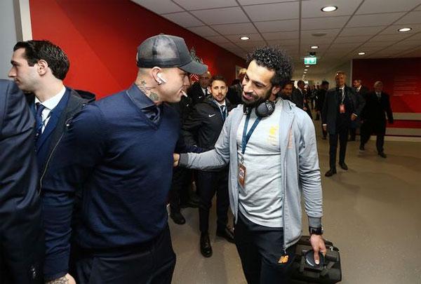 Salah và Radja Nainggolan vui mừng hội ngộ trước trận đấu.
