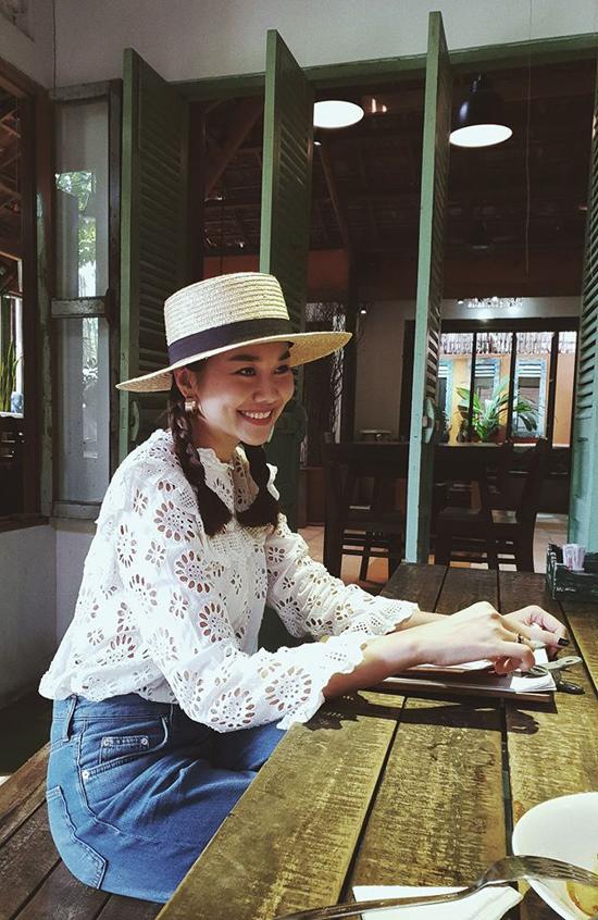 Phạm Thanh Hằng nhẹ nhàng cùng phong cách cổ điển với mũ rộng vành, áo cắt hoa laser và quần jean xanh kiểu dáng basic.