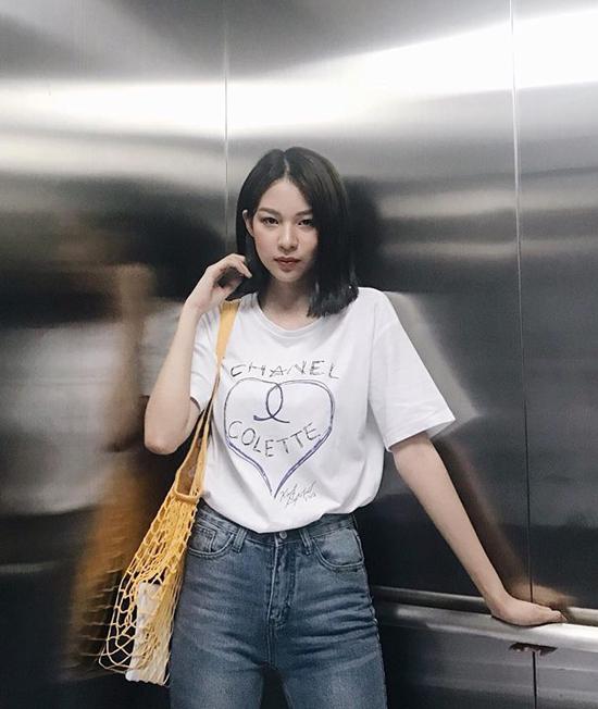 Phối áo thun trắng cùng jean xanh là phong cách được nhiều sao Việt ưa chuộng, Phí Phương Anh cũng áp dụng công thức quen thuộc này nhưng cô khéo tạo điểm nhấn bằng kiểu túi lưới được fashionista thế giới yêu thích.