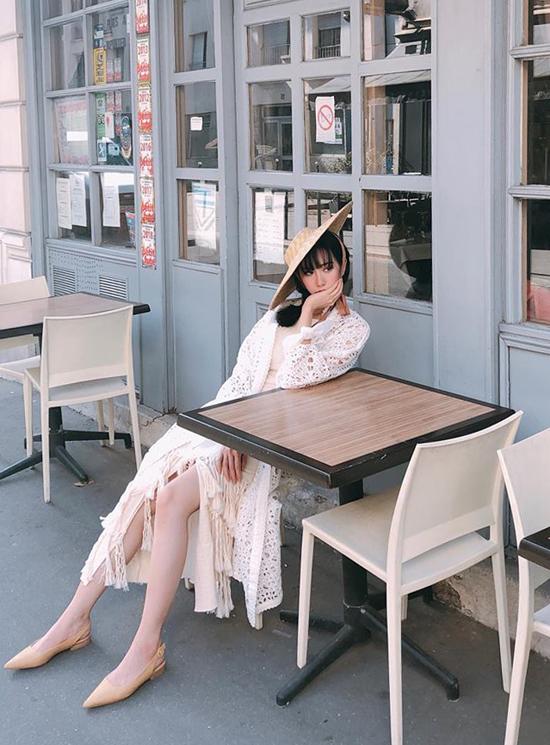 Min giúp mình trở nên ấn tượng hơn khi phối mũ nan hợp mốt mùa hè khi diện váy tua rua kêt shopwj cùng áo đan móc tiệp sắc màu.