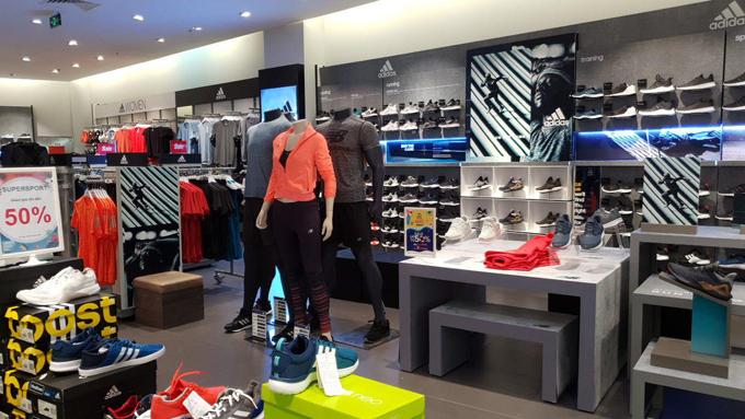 Nhiều phụ kiện thời trang cũng được Supersports giảm giá 50%.