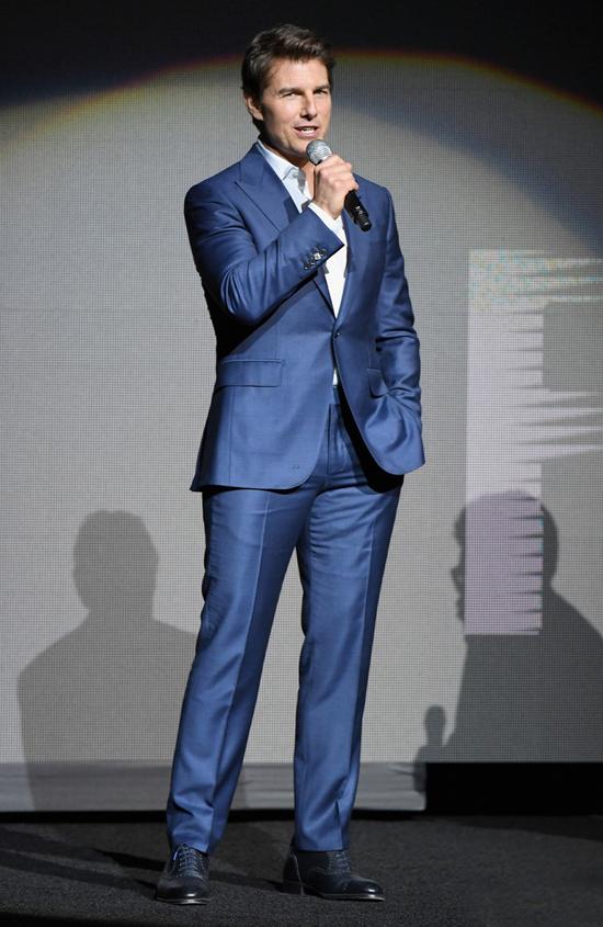 Tom Cruise diện vest xanh, xuất hiện lịch lãm trong lễ vinh danh Nhân vật tiên phong của năm 2018.