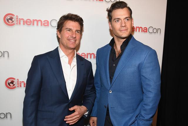 Đồng nghiệp Henry Cavill tới chúc mừng Tom Cruise.