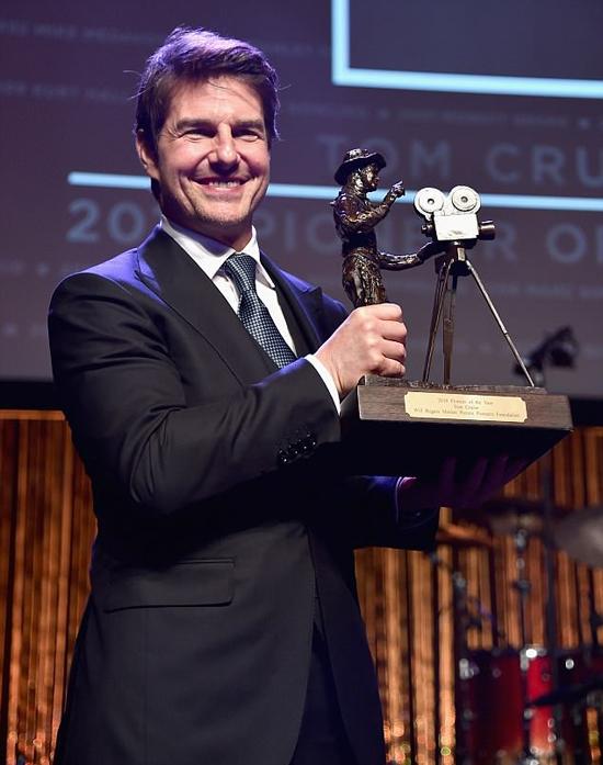 Tài tử 55 tuổi hạnh phúc nhận giải thưởng Người tiên phong của năm.