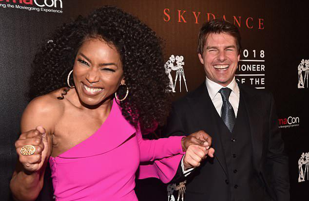 Nữ diễn viên Angela Bassett hào hứng chụp ảnh với Tom Cruise tại sự kiện. Người đẹp Black Panther là bạn diễn với Tom trong phần 6.