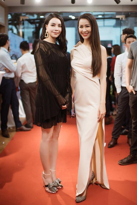 Hoa hậu thân thiện Dương Thùy Linh khoe vóc dáng thon thả bên Trà Ngọc Hằng.