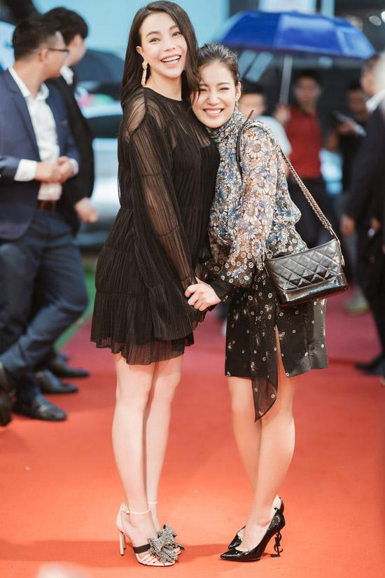 Milan Phạm cũng không hề thua kém đàn chị về việc xài hàng hiệu khi đeo túi Chanel hơn 100 triệu, đigiày cao gótYves Saint Laurent.