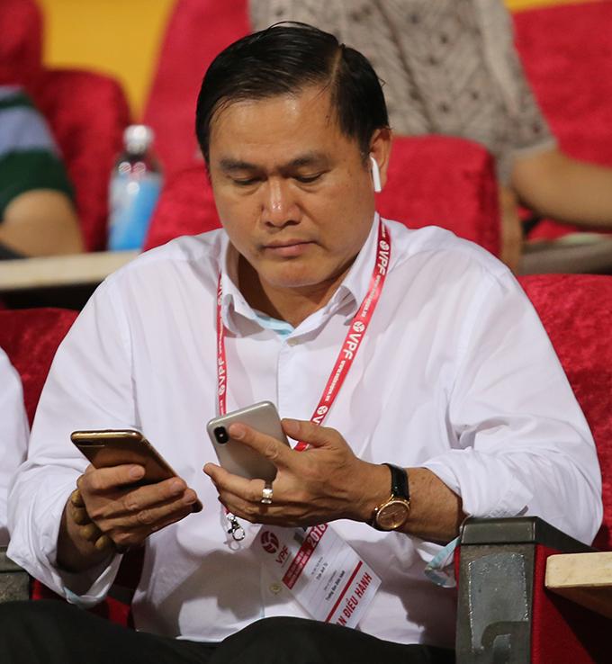 Bầu Tú gây nhiều tranh cãi vì nắm quá nhiều chức vụ quan trọng của bóng đá Việt Nam. Ảnh: Đương Phạm.