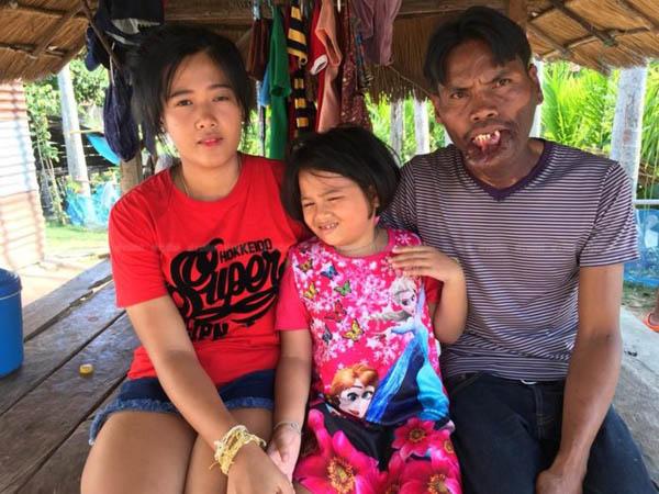 Phatsara và cô con gái với người chồng trước hiệnđược Boonmee yêu thương, chăm sóchết lòng. Ảnh: Khaosod.