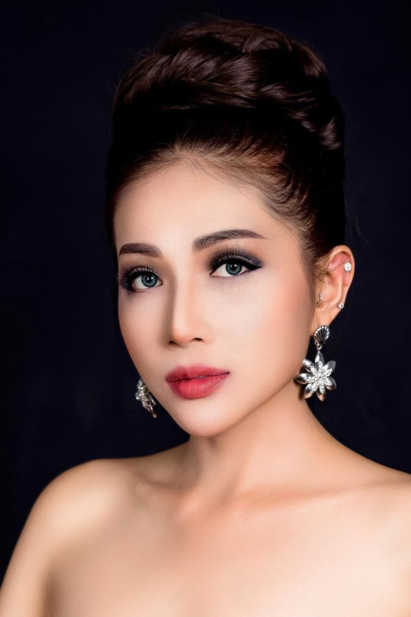 Với khuôn mặt trái xoan nhỏ nhắn, Khả Như rất hợp với phong cách trang điểm mắt đậm của Thái Lan.