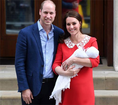 Hoàng tử William ngủ gật trong sự kiện hai ngày sau khi con trai chào đời