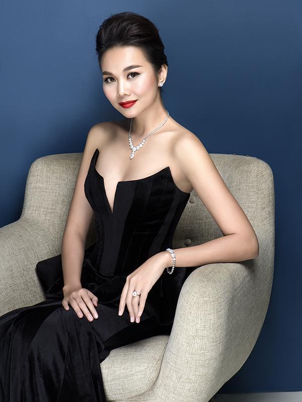 Thanh Hằng lựa chọn trang sức kim cương được cách điệu. Thiết kế nữ trang kim cương mang phong cách hiện đại, phóng khoáng nhưng cũng không kém phần quyến rũ.