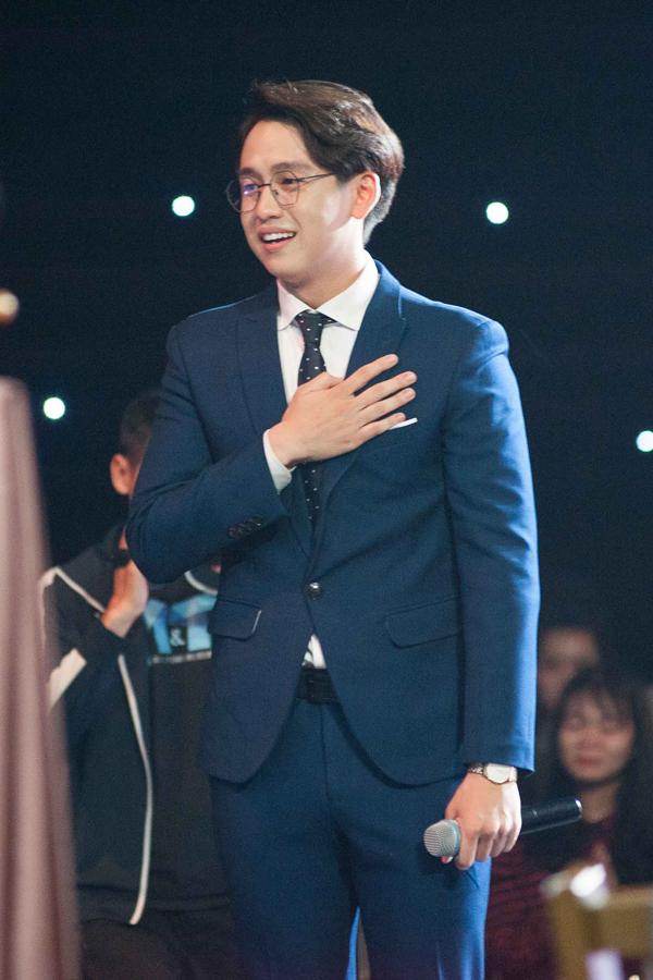 Quang Bảo khóc, Hoàng Oanh ôm chặt anh