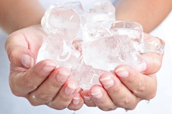 Ngay khi nhận thấy da bị bỏng nắng, hãy dùng đá viên bọc vào khăn lạnh và đắp lên da. Nước lạnh sẽ làm giảm nhiệt nhanh chóng cho làn da, chống sưng và hạn chế tổn thương. Không nên dùng đá chà xát lên dà mà chỉ cần đắp lên để làm dịu.