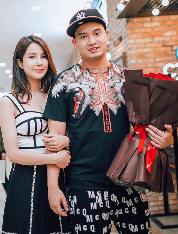 Tối 26/4, Diệp Lâm Anh và chồng sắp cưới tứ sánh đôi đi xem phim. Đôi uyên ương đã lên kế hoạch tổ chức hôn lễ vào ngày 5/5 tới.