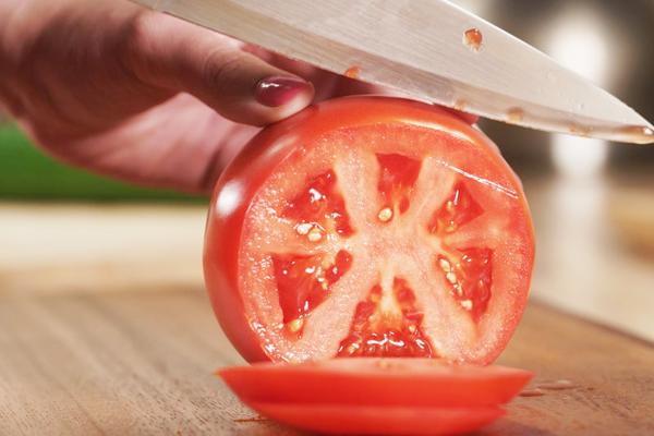 Cũng như dưa chuột, cà chua thái lát đắp lên da giúp giảm sưng, ngứa do cháy nắng.
