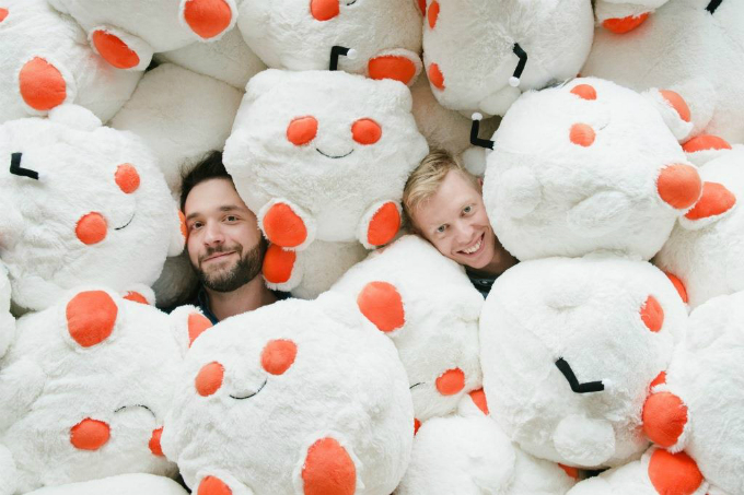 Alexis Ohanian (trái) và Steve Huffman đồng sáng lậpReddit năm 22 tuổi. Ảnh: Reddit.