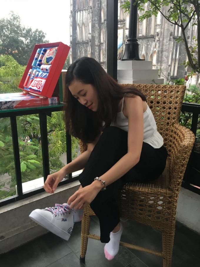 Chị Hiền cuối cùng đã trả lời chính xác câu hỏi và nhận được đôi giày rất hợp với mình.